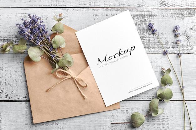 Gruß- oder einladungskartenmodell mit trockenem lavendel und eukalyptus