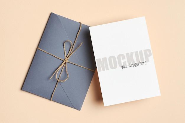 Grußkarte oder einladung stationäres modell mit umschlag auf papierhintergrund