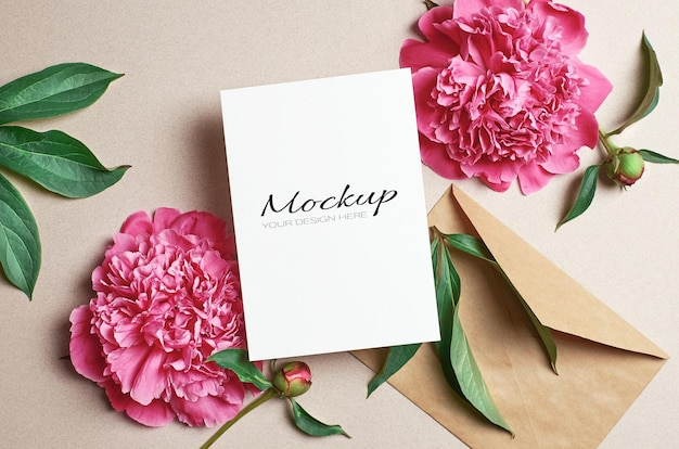 Grußkarte stationäres modell mit umschlag und rosa pfingstrosenblüten