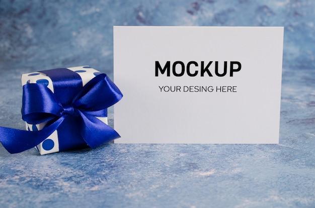 Grußkarte und geschenkbox mit leerem weißbuch