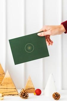 Grußkarte vor einem weihnachtsbaummodell aus papier