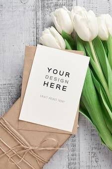 Grußkartenmodell mit tulpenblumen und geschenkbox