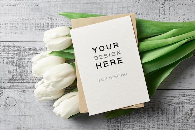 Grußkartenmodell mit umschlag und tulpenblumen
