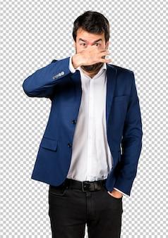 Gut aussehender mann, der schlechte geste riechend macht