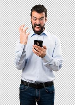Gut aussehender mann mit bart im gespräch mit mobile