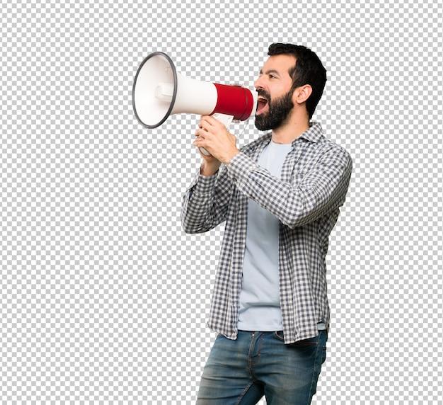 Gut aussehender mann mit bart schreit durch ein megaphon
