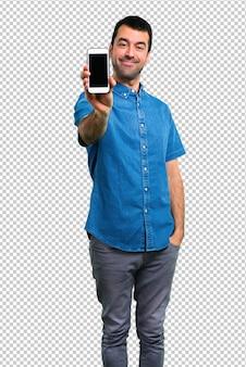 Gut aussehender mann mit blauem hemd sprechend mit mobile