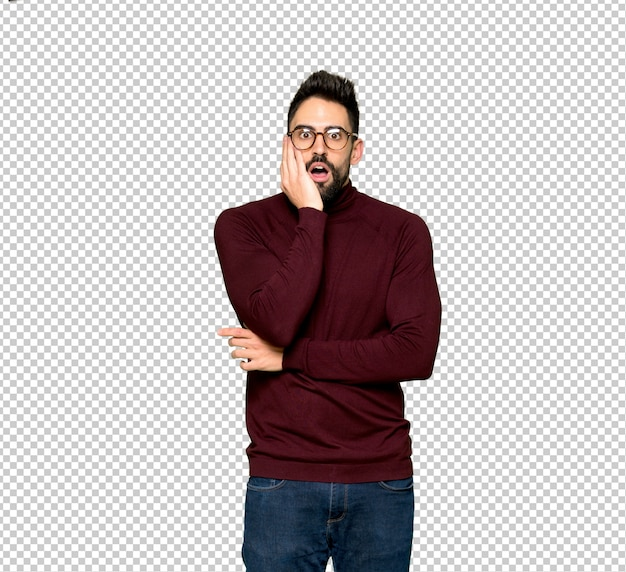 Gut aussehender mann mit brille beim schauen überrascht und entsetzt