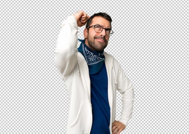 Gut aussehender mann mit brille, die zweifel beim verkratzen des kopfes haben