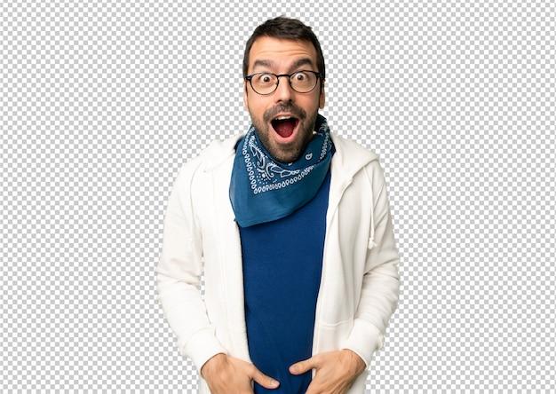 Gut aussehender mann mit brille mit überraschung und entsetztem gesichtsausdruck