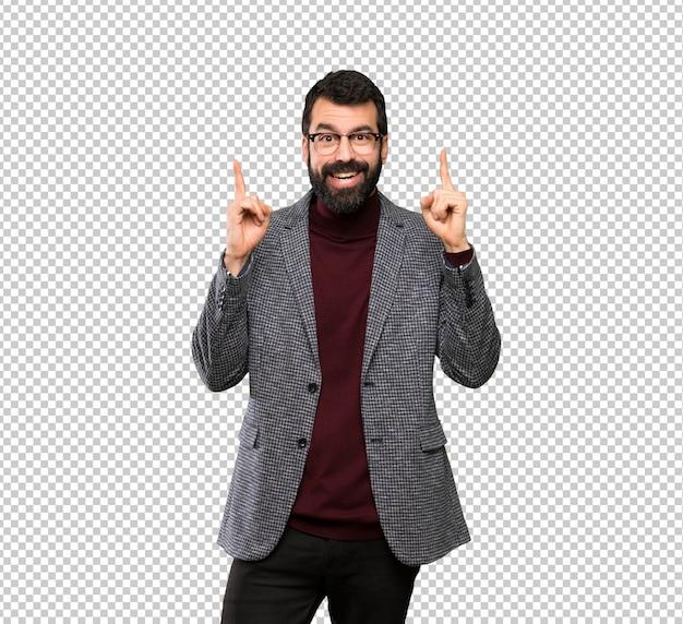 Gut aussehender mann mit brille zeigt eine großartige idee
