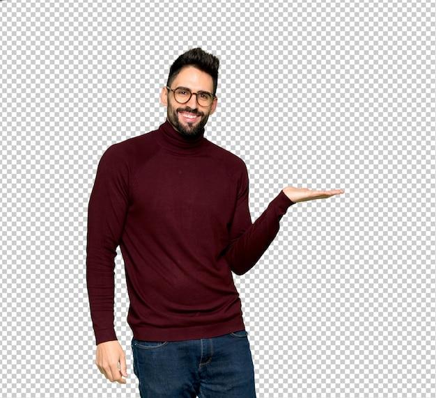 Gut aussehender mann mit den gläsern, die eine idee beim schauen in richtung zu lächeln darstellen