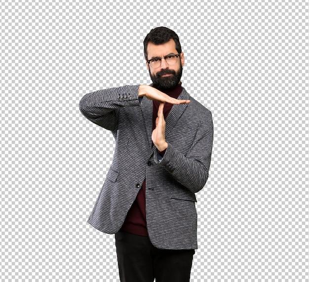 Gut aussehender mann mit den gläsern, die zeit heraus bilden, gestikulieren