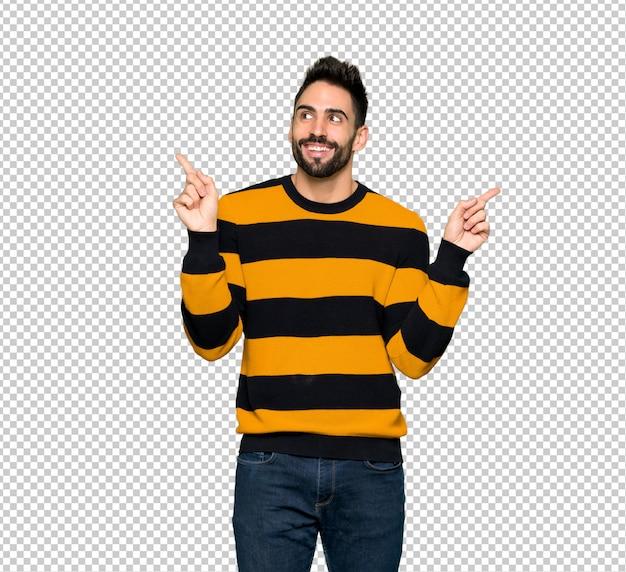 Gut aussehender mann mit gestreifter strickjacke zeigend mit dem zeigefinger eine großartige idee