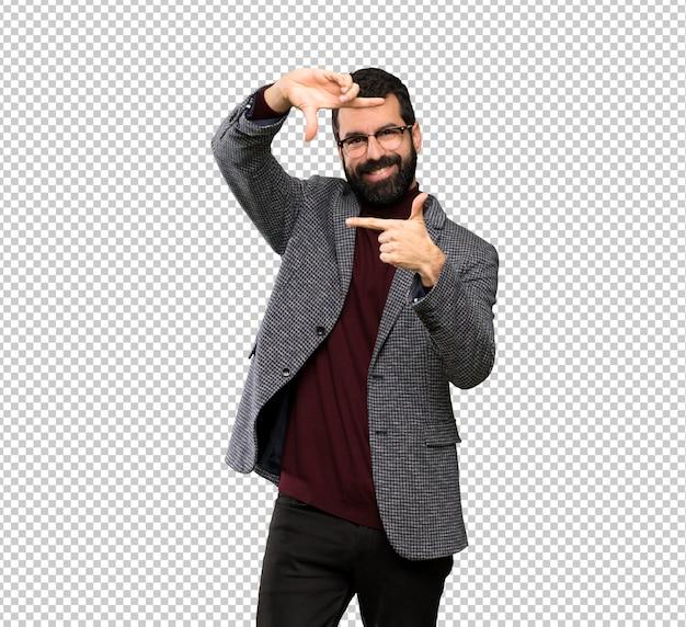 Gut aussehender mann mit gläsern gesicht fokussierend. rahmensymbol