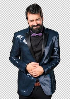 Gut aussehender mann mit paillettenjacke mit bauchschmerzen
