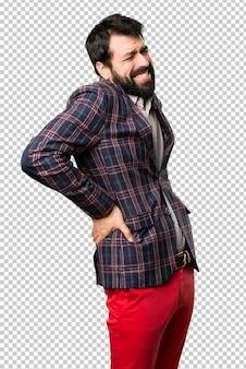Gut gekleideter mann mit rückenschmerzen