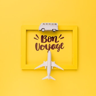 Gute reise, eine schöne reise, schriftzug auf gelbem rahmen mit van und flugzeug