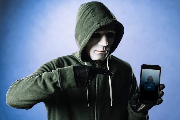 Hacker mit smartphone-modell