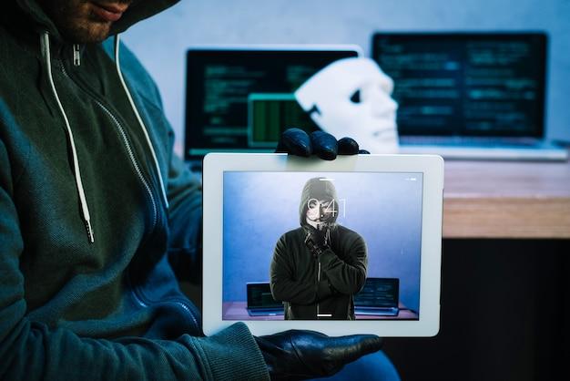 Hacker mit tablet-modell
