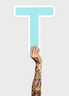 Hände, die den buchstaben t halten