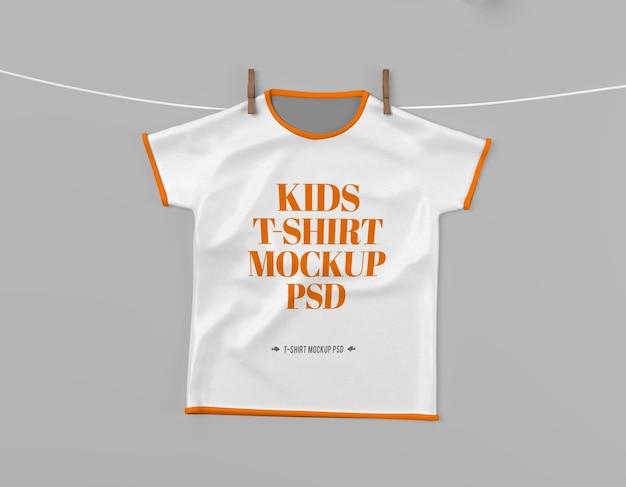 Hängendes kinder-t-shirt-mockup-psd mit bearbeitbarem design und veränderbaren farben