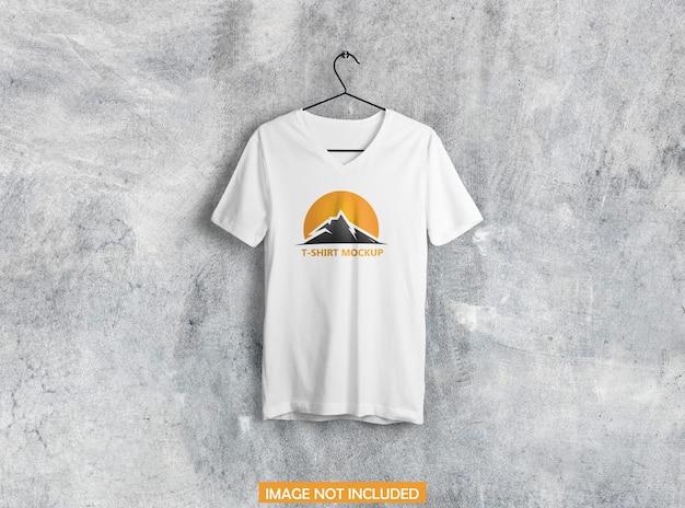 Hängendes t-shirt-modell auf einem kleiderbügel