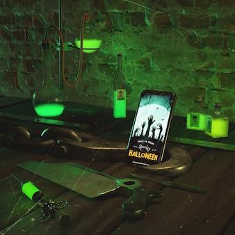 Halloween-anordnung mit smartphone und grünem trank