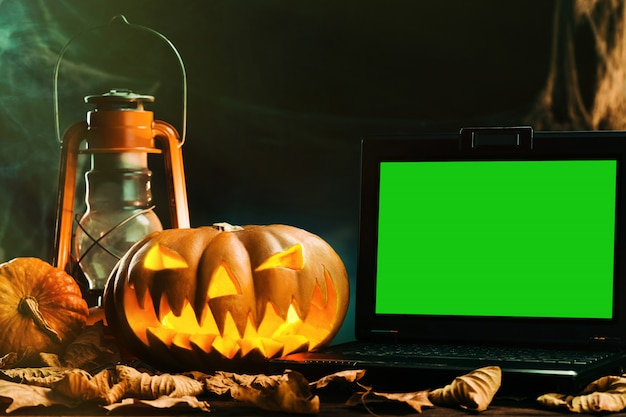 Halloween-kürbisse in der unheimlichen tiefen nacht