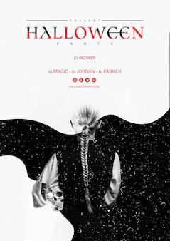 Halloween-mädchen mit dem pferdeschwanz, der einen schädel von hinten schuss hält