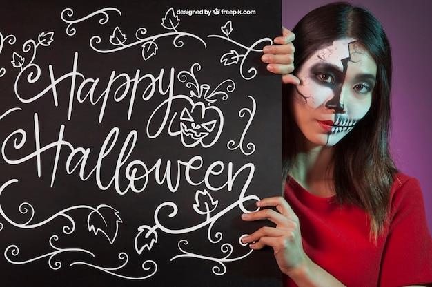 Halloween mockup mit frau hinter tafel