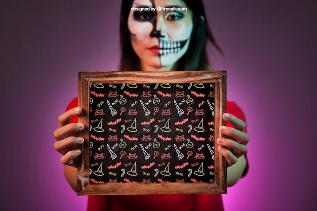 Halloween mockup mit frau mit schiefer in den händen