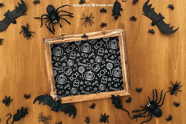 Halloween-mockup mit schiefer und insekten