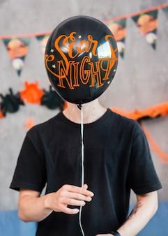Halloween-modell mit dem mann, der ballon hält