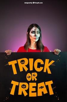 Halloween-modell mit frau hinter großem brett