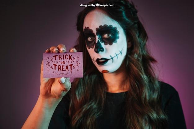 Halloween-modell mit mädchen mit visitenkarte