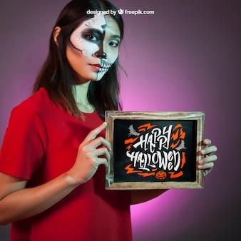 Halloween-modell mit mädchen präsentiert schiefer