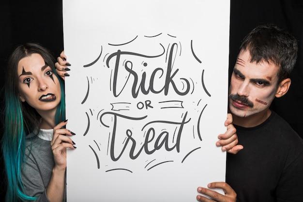 Halloween-modell mit schriftzug auf big board und paar