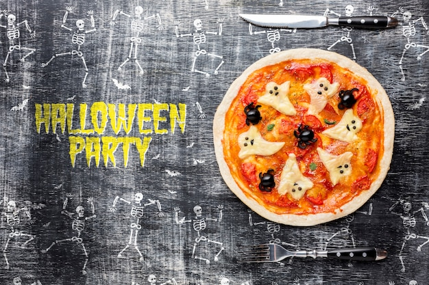 Halloween-party mit pizza-leckerei