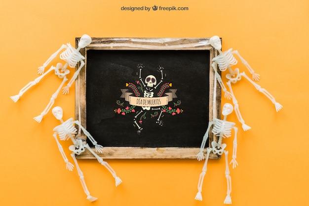 Halloween schiefer mockup mit kleinen skeletten