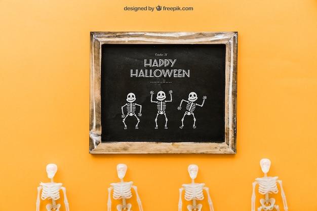 Halloween schiefer mockup mit vier skeletten
