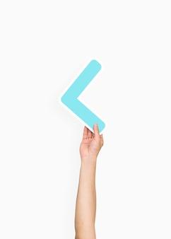 Hand, die ein kleiner als zeichen hält