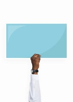 Hand, die eine blaue rechteckpappe hält