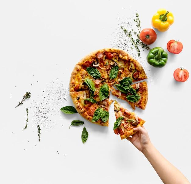 Hand, die eine scheibe der italienischen küchepizza nimmt