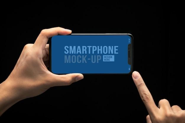 Hand, die modernes smartphone und touchscreen-modellvorlage für ihr design hält