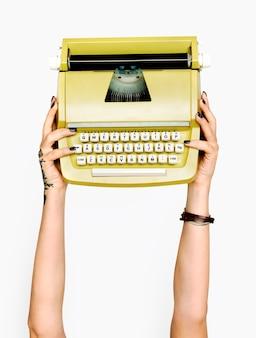 Hand, die schreibmaschine hält