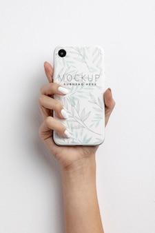 Hand, die smartphone mit modell hält