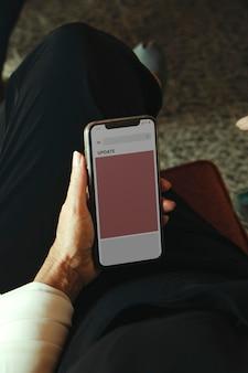 Hand, die smartphone-modell hält