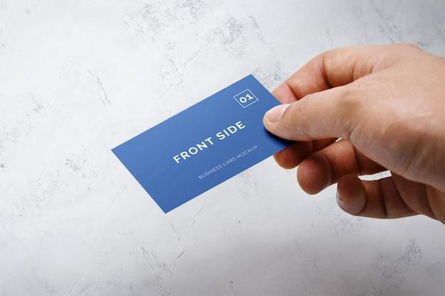 Hand, die visitenkartenmodell hält
