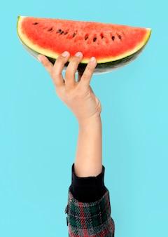 Hand, die wassermelone hält